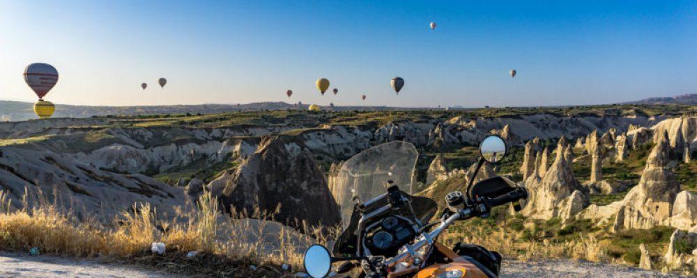 Sute de baloane si o motocicleta.